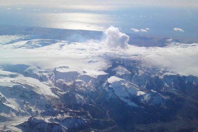 Severní pohled na Eyjafjallajökull dne 4. dubna 2010 od výšky 10.000 metrů.